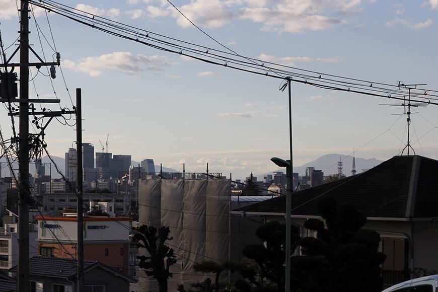 坂を登り終えると、街の向こうに山の稜線、秋の透き通る空_MG_9545