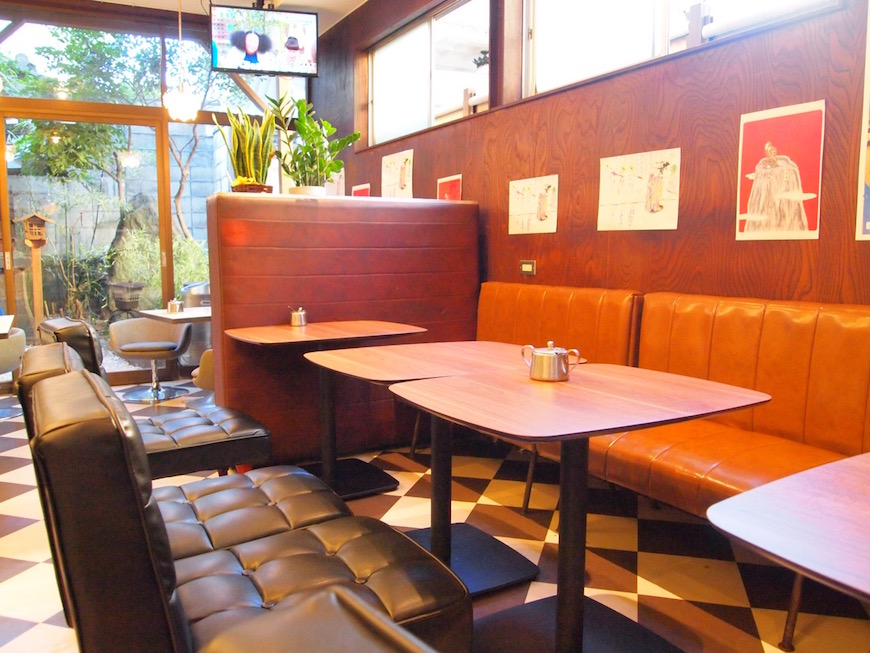 西アサヒ カフェ店内 趣の残るソファ