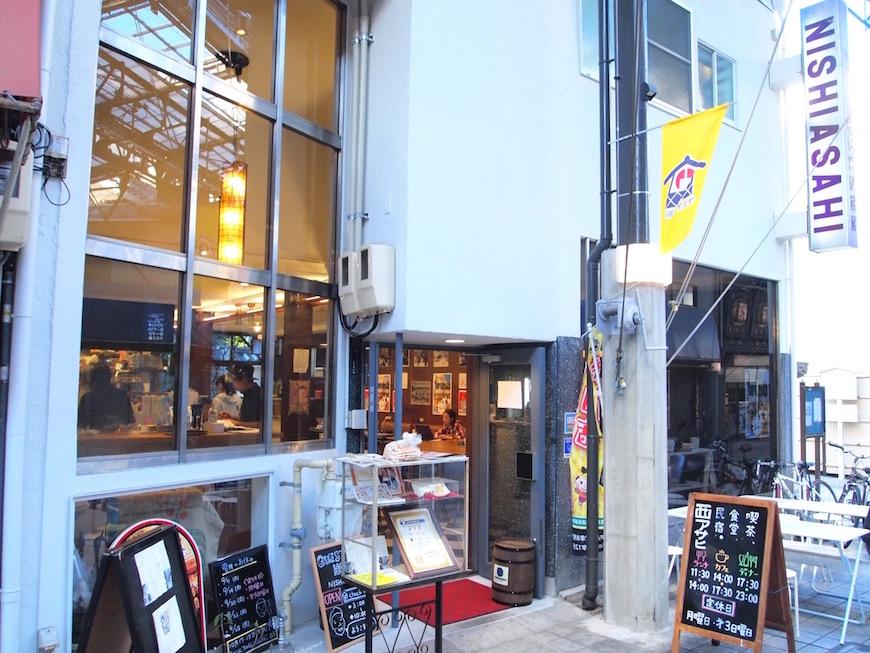 西アサヒ ガラス張りで、店内の賑わいが垣間見られる外観