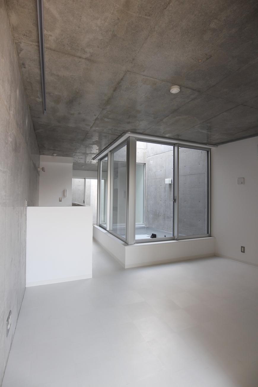 今時、珍しいコンクリート打ち放しの室内(2階リビングとテラス)01-1