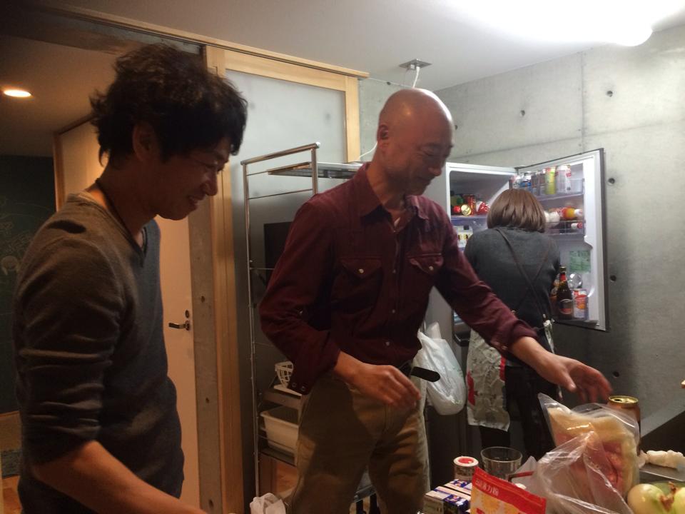 私、武田とスペイン仲間のたかしさんで仕込み中。背を向けているのはN.Kさんです(^_^)