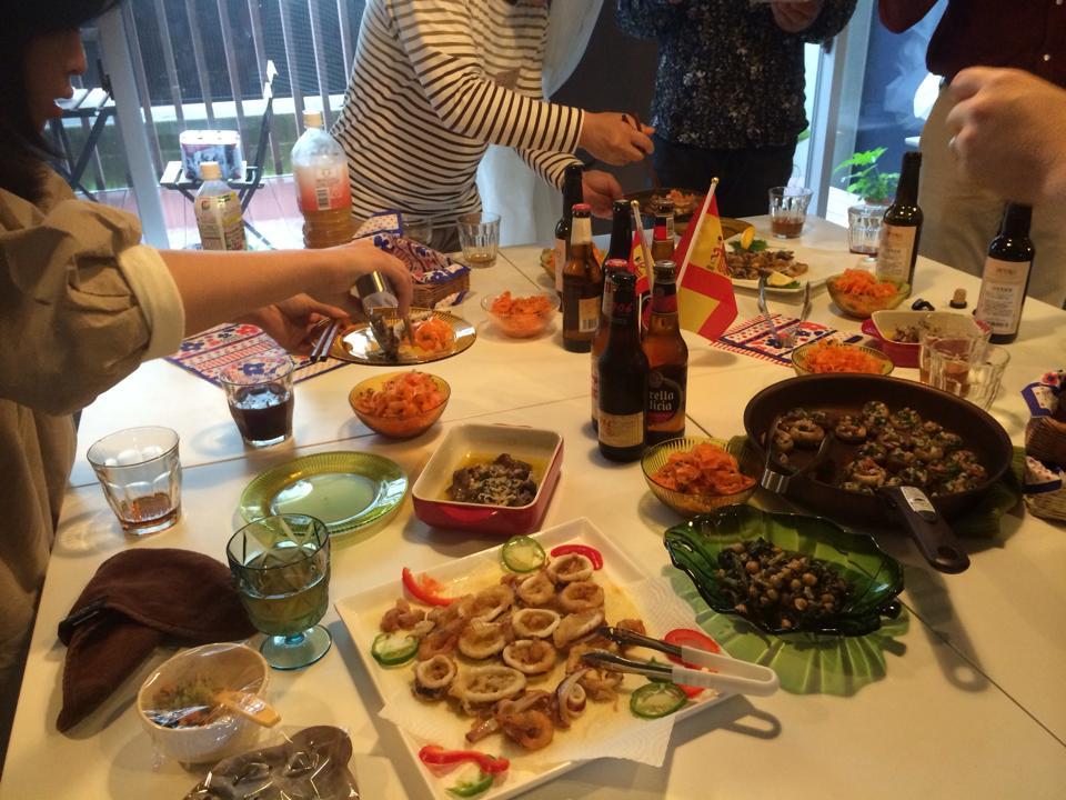 テーブルいっぱいに並んだスペイン料理