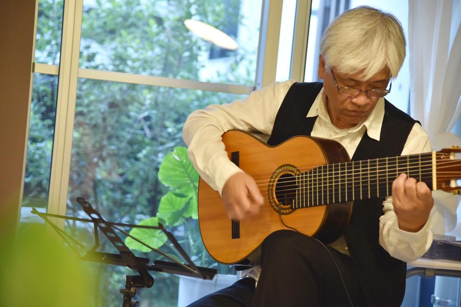珍しい10弦ギターを奏でて頂きました_DSC_8016