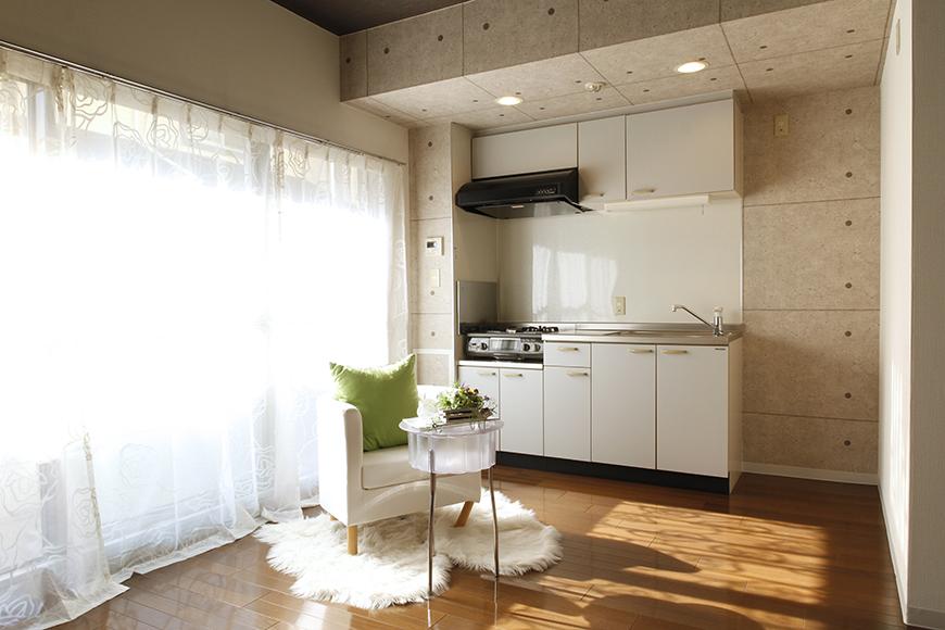 【102号室】こちらも特徴的な梁のキッチン周辺です_MG_0133