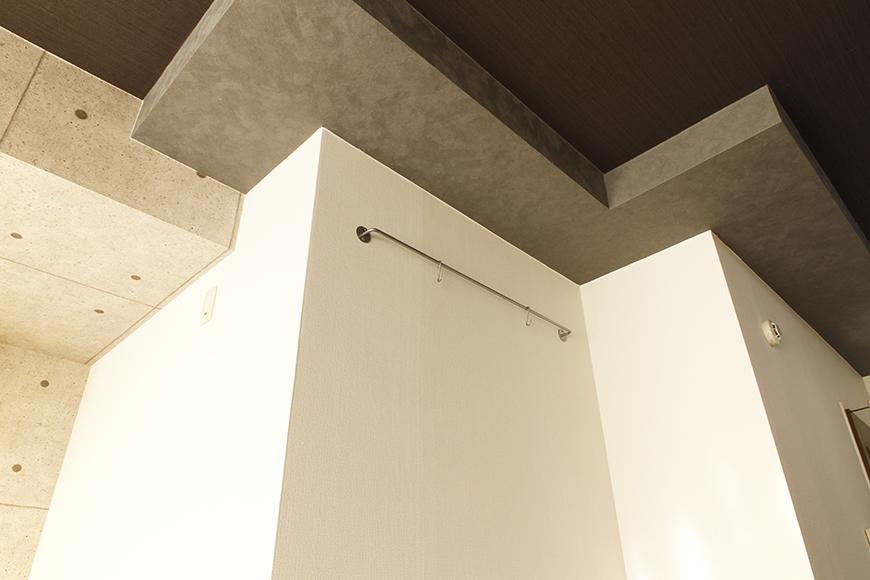 【102号室】特徴的な梁。壁には多目的にかけられるバーがあります_MG_0172