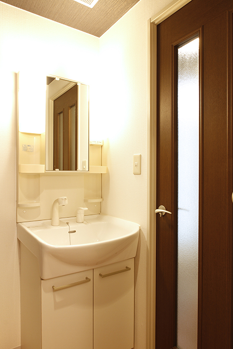 【102号室】廊下からドアで仕切られた独立洗面台です_MG_0210
