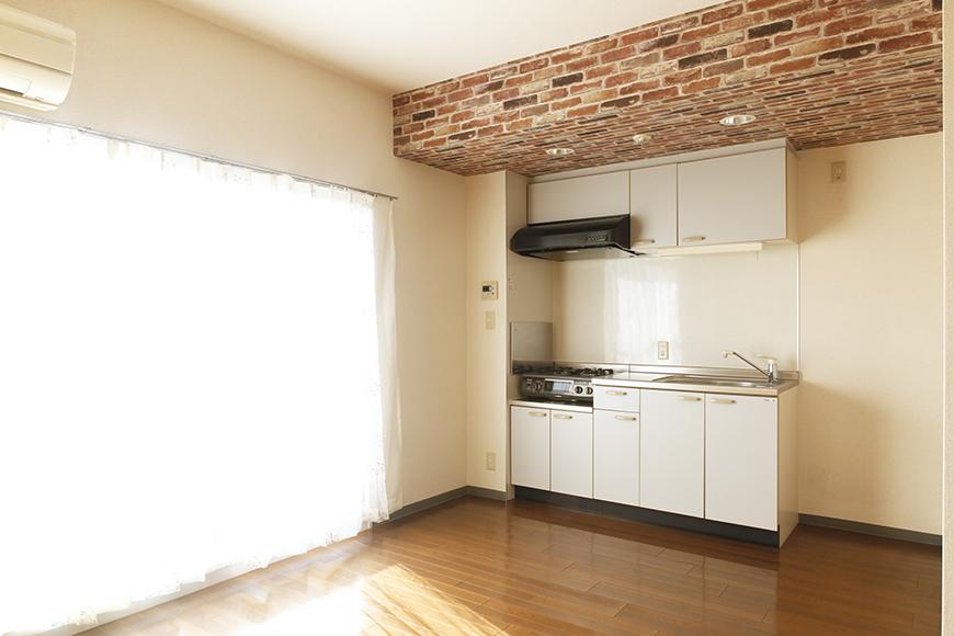【302号室】ちょっと濃い目のレンガ調の梁とキッチンです_MG_0243