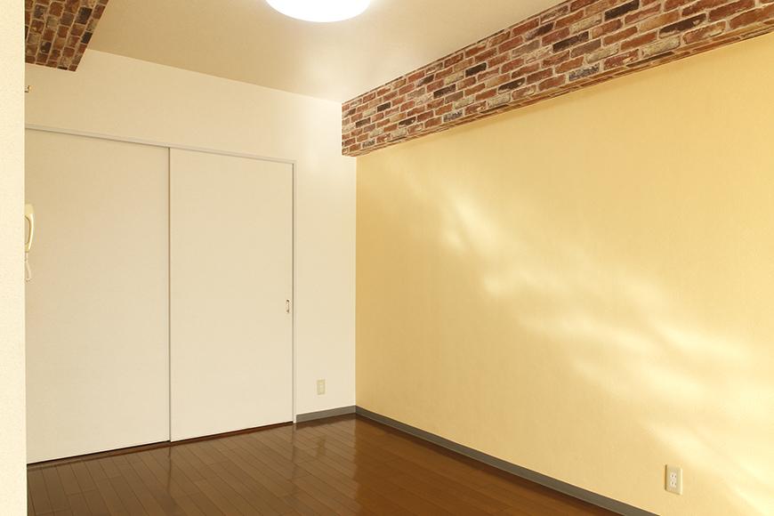 【302号室】アクセントとなる黄色の壁紙。そして必要充分な大きさの収納もあります_MG_0281