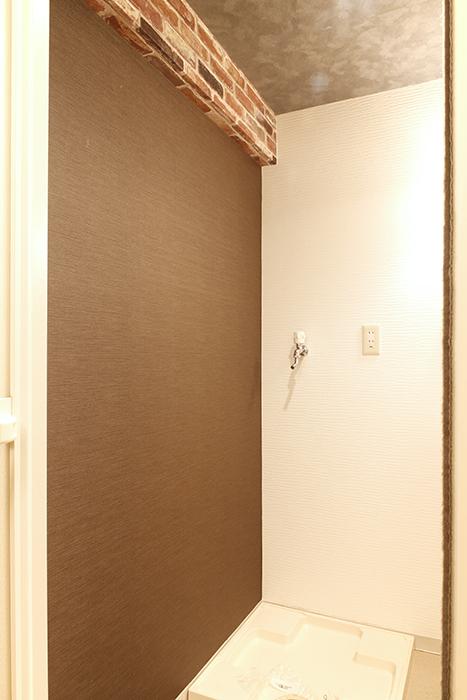 【302号室】室内洗濯機置き場です。こちらの梁もレンガ調!_MG_0286