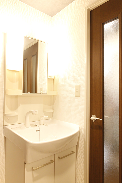 【302号室】廊下からドアで仕切られた独立洗面台です_MG_0293