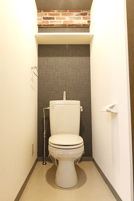 【302号室】シックでシンプルなトイレです。こちらの梁もレンガ調!_MG_0297