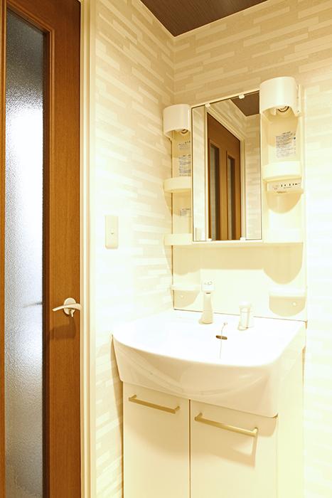 廊下からはドアでしっかりと仕切られているプライベートルームの独立洗面台です_MG_0315