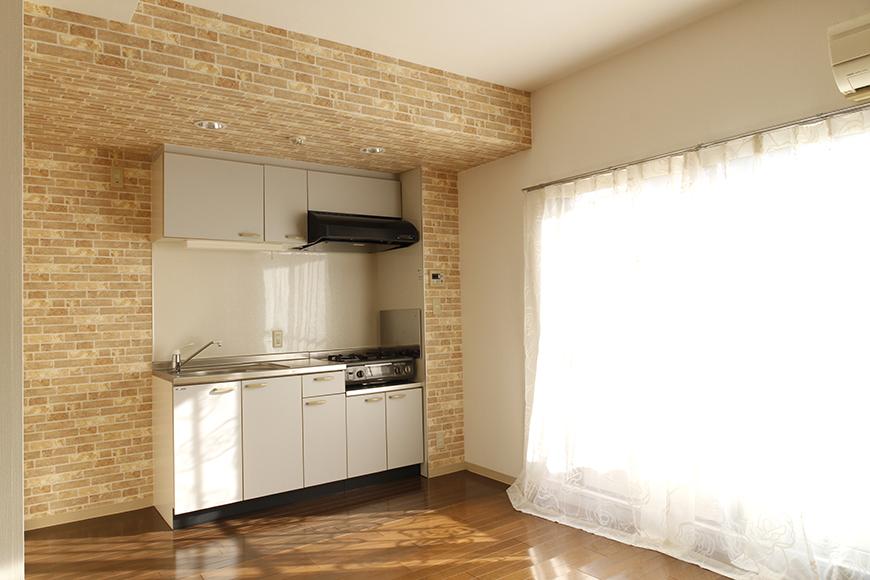 【203号室】窓から差し込む明るい光により、キッチンは明るい印象です_MG_0346