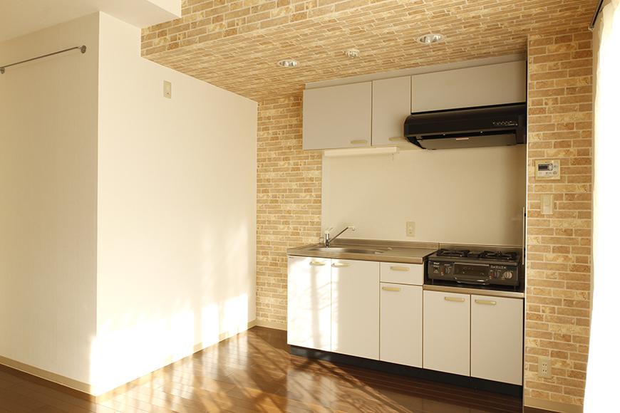 【203号室】立体的な梁の中に、浮かび上がるキッチン_MG_0357