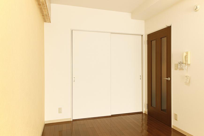 リビングへの入り口ドア付近に収納があります_MG_0362