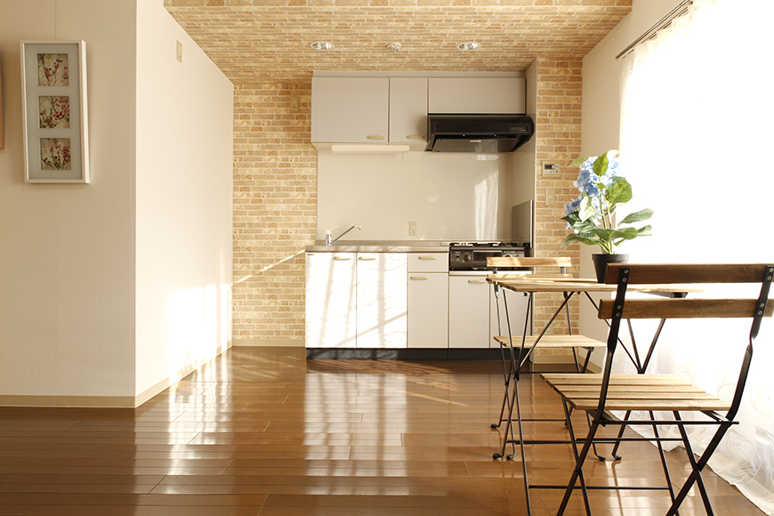 【203号室】立体的な梁、温もりのある内装、とっても素敵なキッチン・リビングスペースです_MG_0415