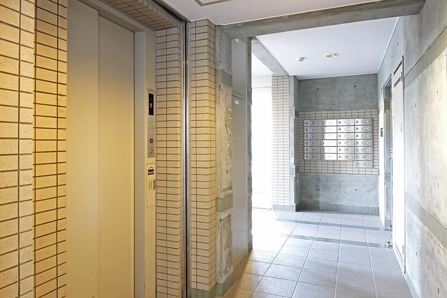 エレベータ付近です。クールで素敵な印象の共有スペースです_MG_0433