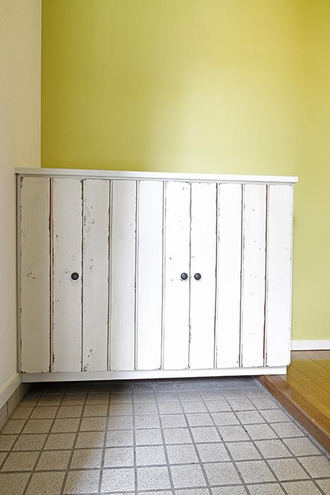 シューズボックスは、キッチンと同じようにアンティーク調の仕上がり!_MG_8773
