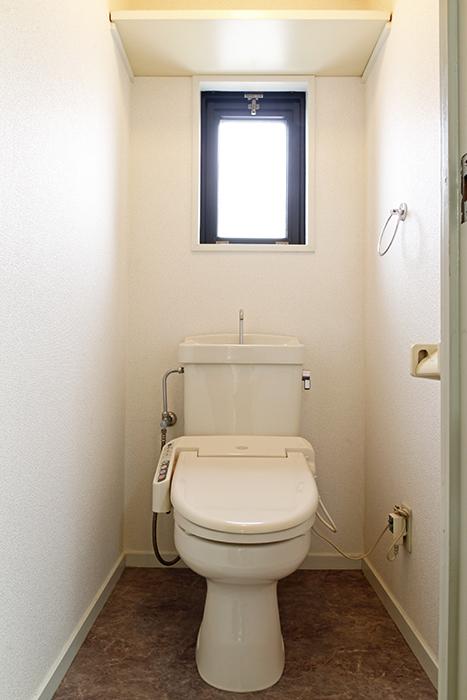 こちらはトイレです!  洗面台、洗濯機置き場と同じく、上品な床の仕上がり、素敵です☆窓があるのはポイント◎_MG_8798