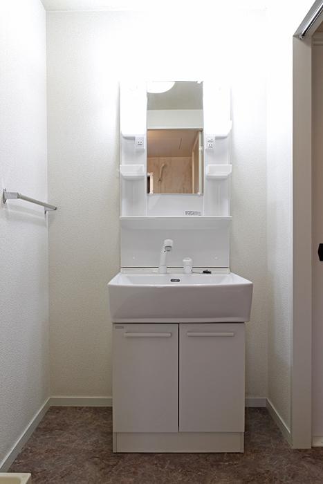 白を基調とした清潔感溢れる独立洗面台です!_MG_8801