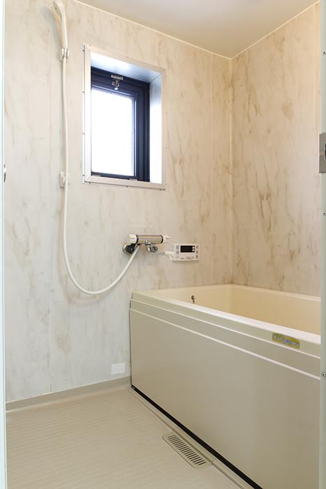 上品な壁のバスルームです☆  窓もありますので、換気扇との併用で湿気・カビ対策の心配ナシ!_MG_8806