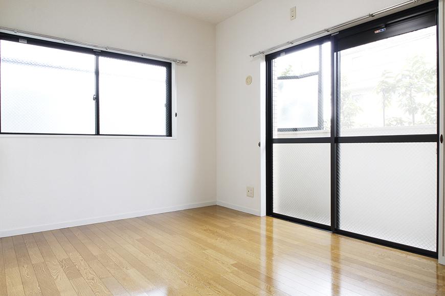 こちらの洋室も二面採光となっており、ご覧の通りの明るく風通しの良い部屋となっております!_MG_8812s2