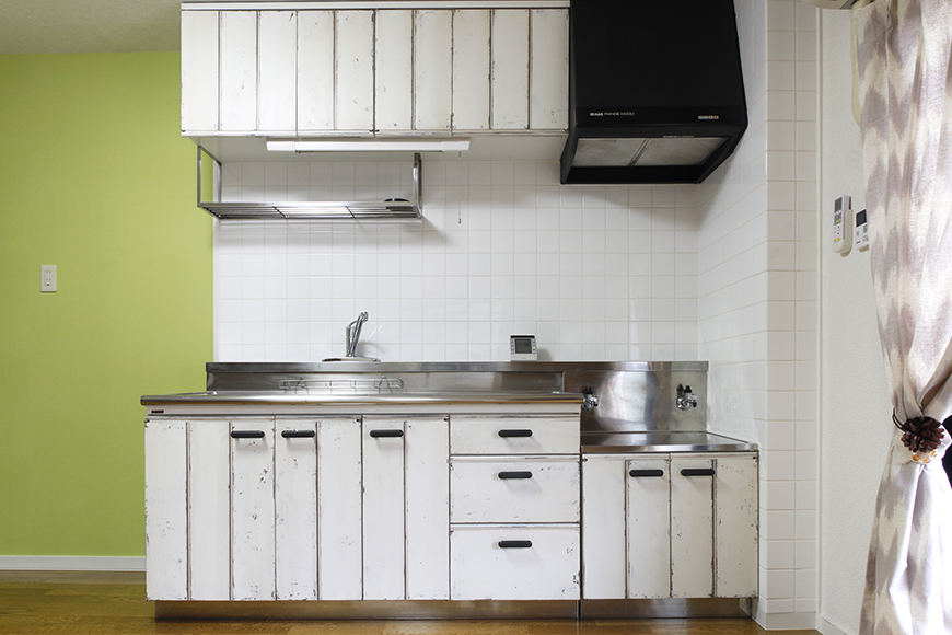 目に優しい緑の壁紙は落ち着く色合い、そしてアンティーク加工の施されたキッチンは渋くて素敵♪_MG_8836