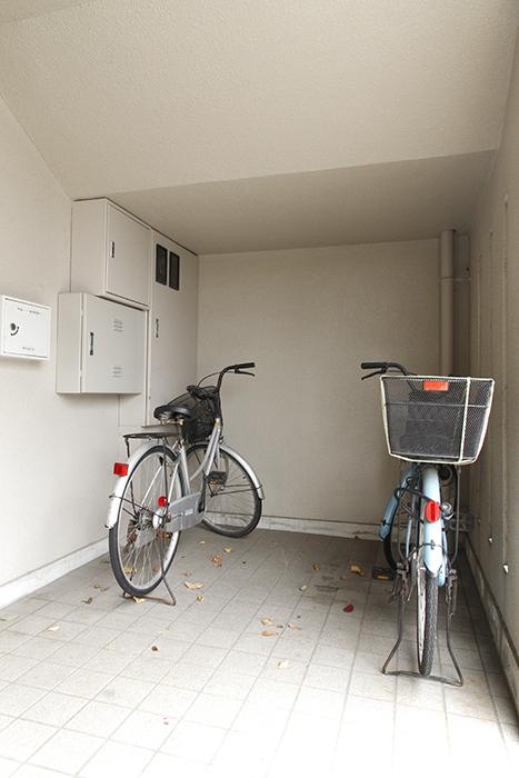 建物のエントランス両側に、自転車置き場があります_MG_8922