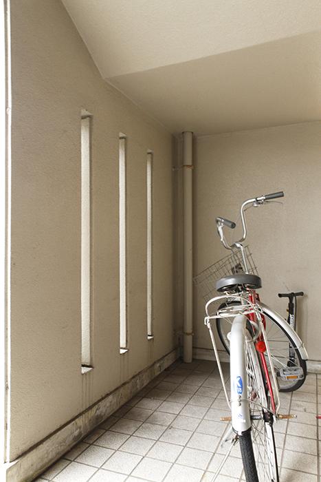 建物のエントランス両側に、自転車置き場があります_MG_8923