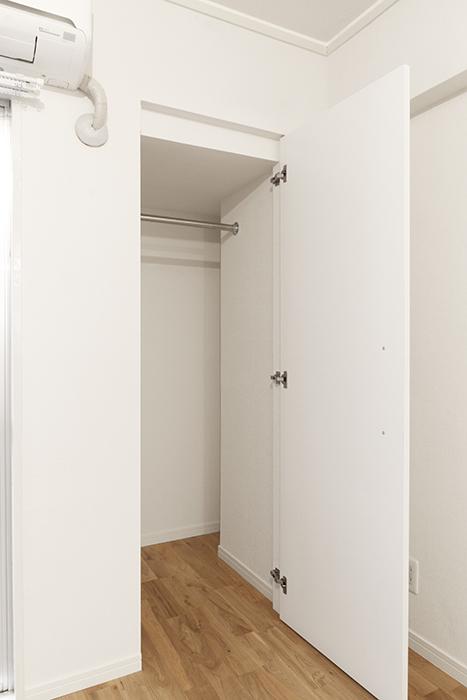 部屋の角にある収納は、軽くL字型のプチ・ウォーキングクローゼットです!_MG_8969s3