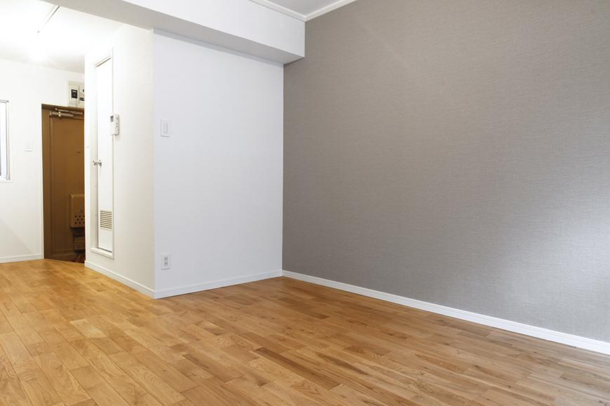 部屋全体を白一色にするのではなく、片側だけの大きなグレーの壁!_MG_8983s