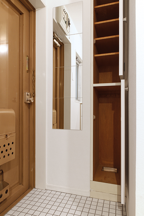 お出かけ前のチェック用の鏡、シューズボックス完備の玄関の床はオシャレな白タイル_MG_8993s