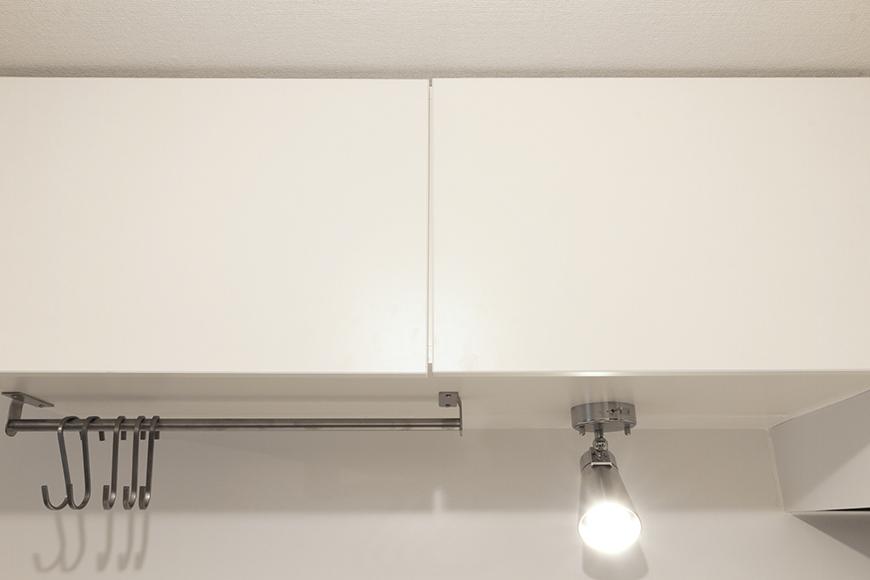 扉を閉じた状態のキッチン頭上の収納!_MG_9004s