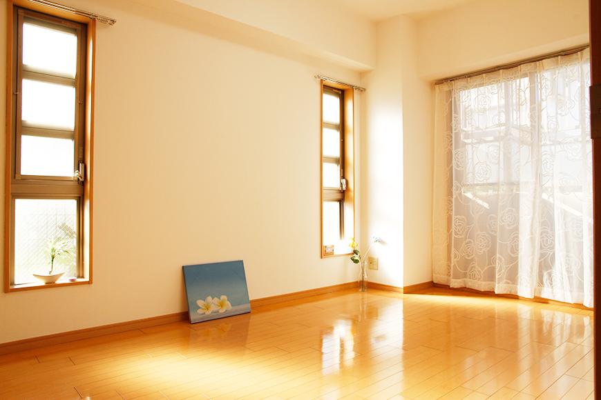 北側洋室にも吐き出し窓と2枚のおしゃれな明かり取り窓で光あふれます_MG_9042_rth