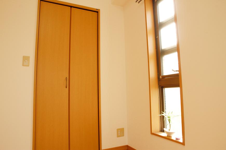北側洋室のウォークインクローゼットの扉_MG_9046_rth