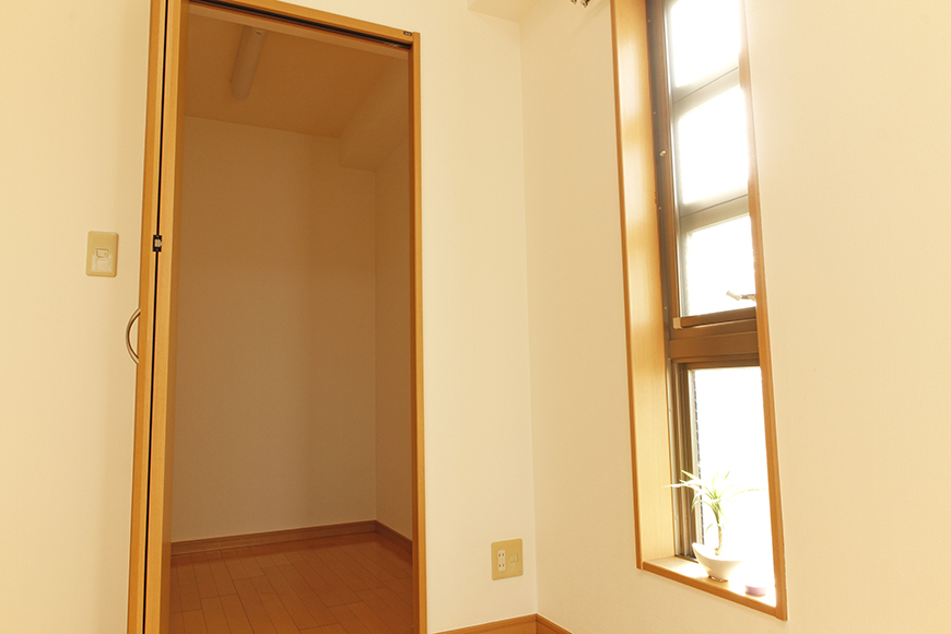北側洋室のウォークインクローゼットの扉を開けたところ_MG_9047