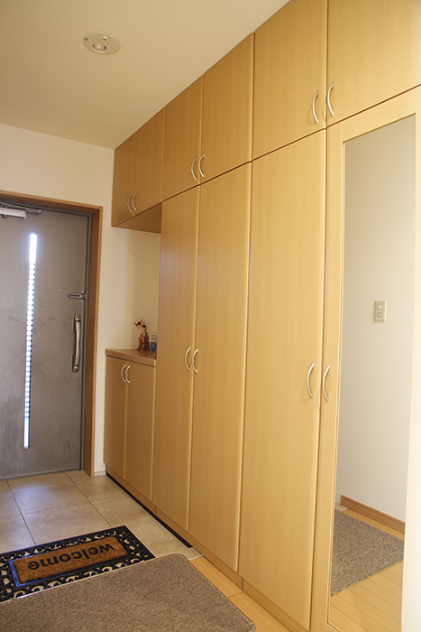 玄関にも大きな収納スペースがあります!姿見もついています。_MG_9083
