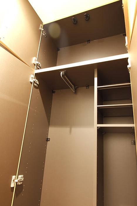 ゴルフ道具や釣り竿なども入る背の高い収納スペースもあります_MG_9089