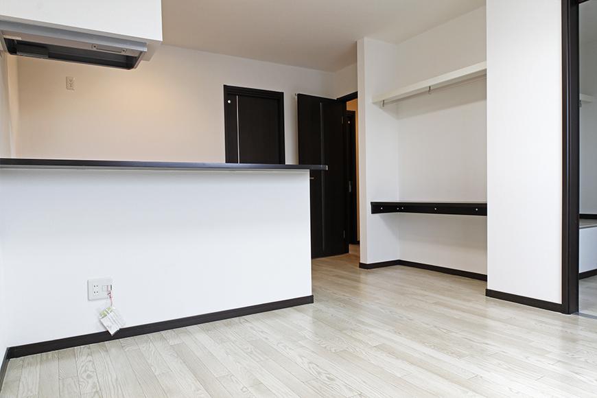 A3号室の住居スペースに到着!  対面キッチンの素敵なお部屋☆収納棚・スペースも見えます☆_MG_9150s