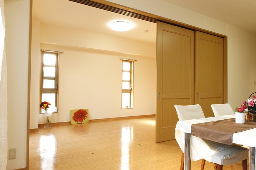 リビングダイニングと南側洋室の間仕切り扉は使い方が自由(2枚閉めたところ)_MG_9164