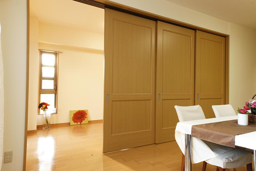 リビングダイニングと南側洋室の間仕切り扉は使い方が自由(3枚閉めたところ)_MG_9165