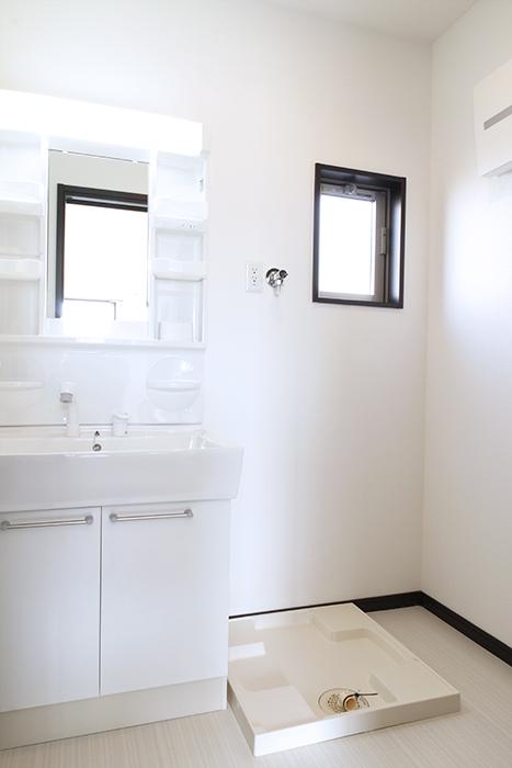 窓で換気もバッチリ!独立洗面台と室内洗濯機置き場です!_MG_9194s