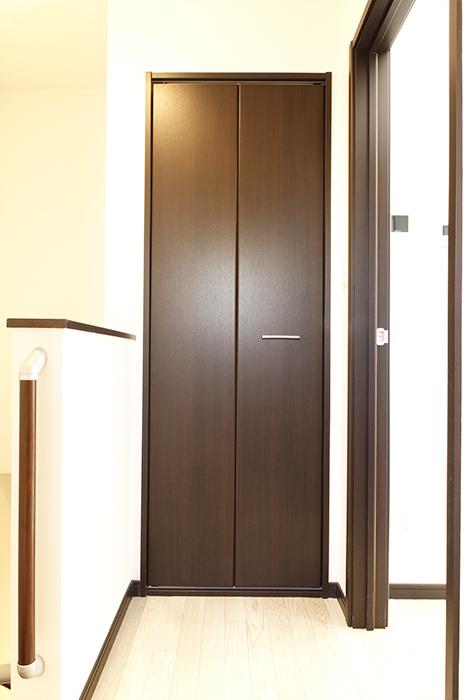 階段を上り切って、お部屋に入る前に収納あります!_MG_9199s