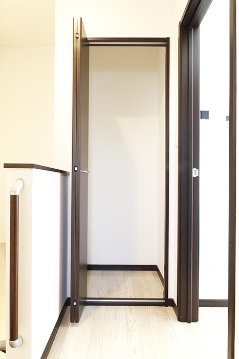 階段を上り切って、お部屋に入る前に収納あります!_MG_9200s