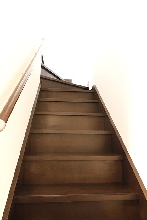 A3号室の住居スペースへの階段です☆ドキドキ・ワクワク♪_MG_9205s