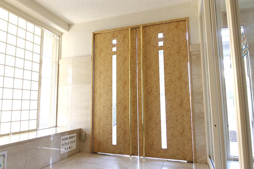 建物エントランスのドアは明るいイメージ_MG_9217