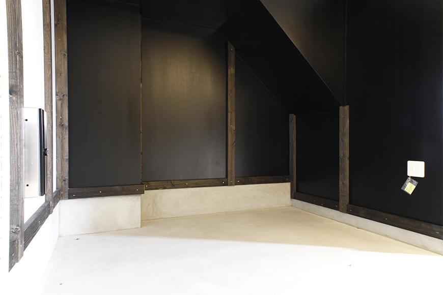 住居スペースへの階段の下にちょっとしたスペースがあります!何を置きましょう?_MG_9221s