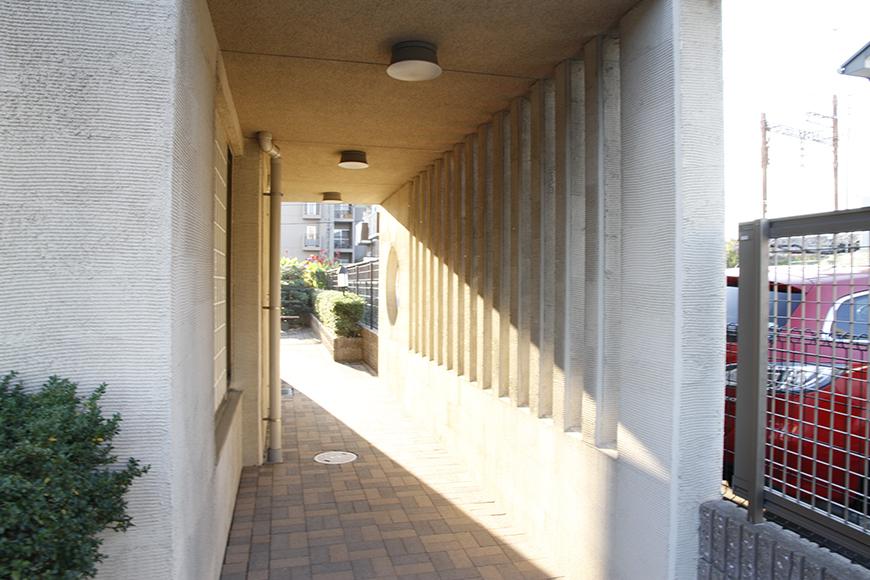 建物横には回廊のようなスペース。とってもおしゃれ_MG_9263