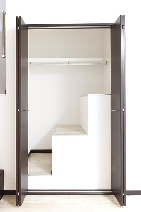 大きな扉の向こうは階段状になっている変形の収納です_MG_9285s