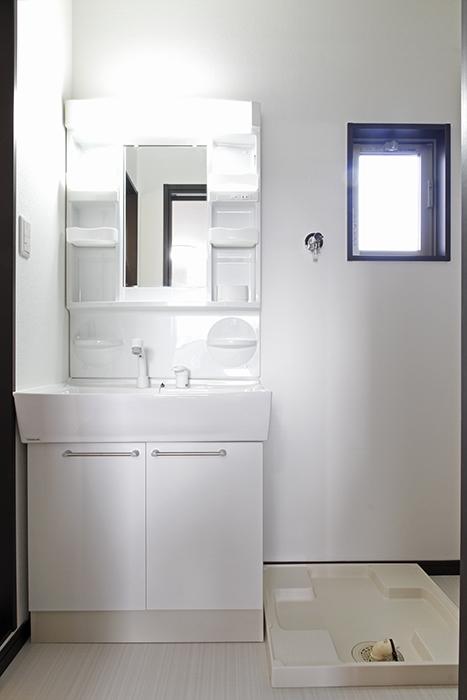 独立洗面台と室内洗濯機置き場!空気や湿気がこもりがちな場所に窓があるのは高ポイント!_MG_9295s